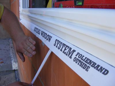 Наружную белую ленту SWS приклеивают к стене